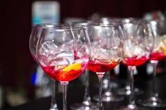 Стекла с завалкой для коктеиля на таблице Стоковое Фото