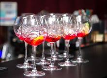 Стекла с завалкой для коктеиля на таблице Стоковое Изображение