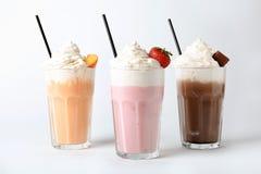 Стекла с молочными коктейлями на белой предпосылке стоковые фото