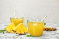 Стекла с очень вкусным соком ананаса Стоковые Фото