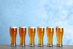 Стекла с пивом на таблице стоковая фотография rf