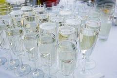 Стекла с шампанским на таблице стоковые изображения