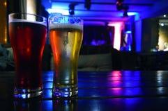2 стекла темного и светлого пива стоковая фотография rf