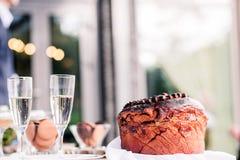 Стекла хлебца и шампанского свадьбы для новобрачных стоковые фото