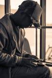 Стекла человека нося и билет проверки с мобильным телефоном стоковые фото