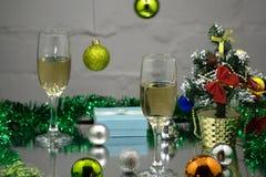 Стекла Шампани и шарики рождества на снеге иллюстрация штока
