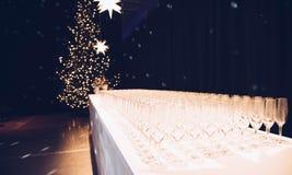 Стекла Шампани над нерезкостью пятнают торжество предпосылки светов Стоковое Изображение RF