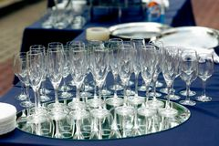 Стекла Шампани на таблице на приеме по случаю бракосочетания outdoors пусто стоковые изображения