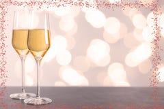 Стекла Шампани с сердцами и запачканной предпосылкой стоковая фотография rf