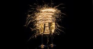 Стекла шампанского в праздничных искрах светов Бенгалии Стоковое Фото
