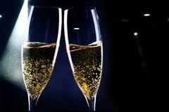 2 стекла шампанского в фаре - торжества Нового Года стоковая фотография