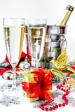 Стекла шампанского и орнаментов рождества на белой предпосылке Стоковая Фотография