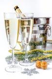 Стекла шампанского и орнаментов рождества на белой предпосылке Стоковые Изображения