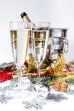 Стекла шампанского и орнаментов рождества на белой предпосылке Стоковое фото RF