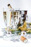 Стекла шампанского и орнаментов рождества на белой предпосылке Стоковое Фото
