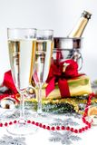 Стекла шампанского и орнаментов рождества на белой предпосылке Стоковое Изображение