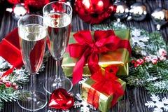 Стекла шампанского и орнаментов рождества на темной деревянной задней части Стоковое фото RF