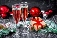 Стекла шампанского и орнаментов рождества на темной деревянной задней части Стоковая Фотография