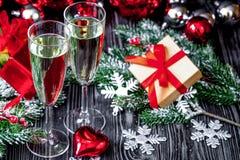 Стекла шампанского и орнаментов рождества на темной деревянной задней части Стоковое Изображение RF