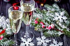 Стекла шампанского и орнаментов рождества на темной деревянной задней части Стоковые Фотографии RF