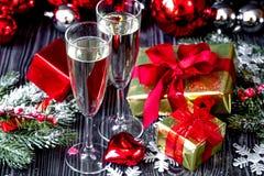 Стекла шампанского и орнаментов рождества на темной деревянной задней части Стоковая Фотография RF