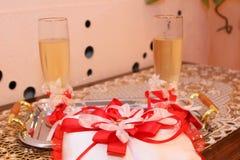 Стекла шампанского и подушки с обручальными кольцами Стоковое Фото
