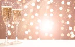 2 стекла шампанского на предпосылке праздничных гирлянд, космосе экземпляра для вашего текста на праве Стоковая Фотография RF