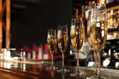 Стекла шампанского на счетчике в баре стоковая фотография
