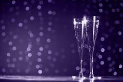 2 стекла шампанского на темной предпосылке bokeh Ультрафиолетов стоковые фотографии rf