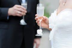 стекла шампанского невесты холят удерживание Стоковое Фото