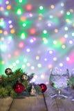 2 стекла шампанского рождества при рождественская елка украшенная красного цвета и шариков серебра против светлой предпосылки bok Стоковые Изображения RF