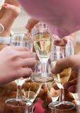 стекла шампанского clinking стоковое изображение rf