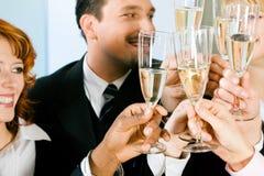 стекла шампанского clinking стоковая фотография rf