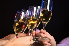Стекла Шампань во время здравицы стоковое изображение rf