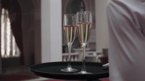 Стекла Шампань в подносе держа официантом готовым служить в партии акции видеоматериалы