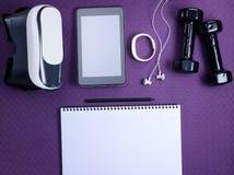 Стекла VR, вещество фитнеса, ПК планшета и тетрадь с ручкой стоковые фото