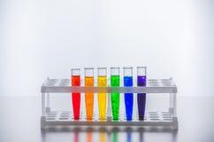 Стеклоизделие лаборатории Пробирки с пестротканой жидкостью Химический эксперимент стоковые фотографии rf