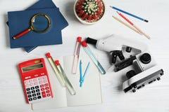 Стеклоизделие, микроскоп и школьные принадлежности лаборатории стоковое изображение