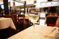 Стекло белого вина в кафе улицы Космос для текста стоковое фото