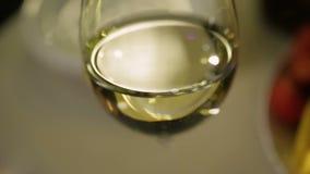 Стекло белого вина сверкная, романтичный обедающий, алкогольный напиток на праздник видеоматериал