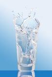стекло брызгая воду Стоковая Фотография