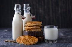 Стекло, бутылка 2 молока и печенья с вареньем Стоковые Изображения