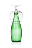 Стекло бутылки воды соды на белизне стоковое фото rf