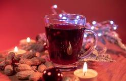 Стекло вина горячего и spiced пунша рождества обдумыванного стоковое изображение rf