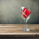 Стекло вина с красной коробкой подарка Стоковое Фото