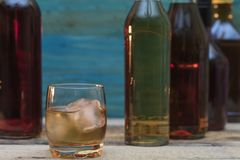 Стекло вискиа и бутылок стоковая фотография rf