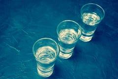 Стекло водочки И лимон отрезая на плите Место для вашего текста Стоковое фото RF