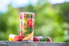 Стекло воды вытрезвителя Клубника, лимон и мята с холодным cl Стоковое Изображение RF