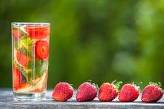 Стекло воды вытрезвителя Клубника, лимон и мята с холодным cl Стоковая Фотография RF