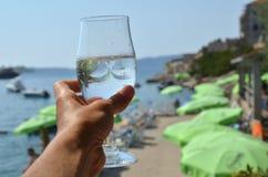 Стекло воды и пляжа Стоковые Фото